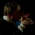 Сцена поцелуя капитана Флинта и Томаса Гамильтона из пиратского сериала «Чёрные паруса» — видео и снимки.