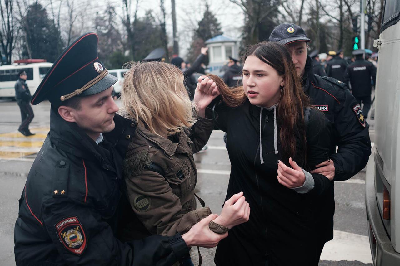 прикольные фото с митинга против медведева (13)