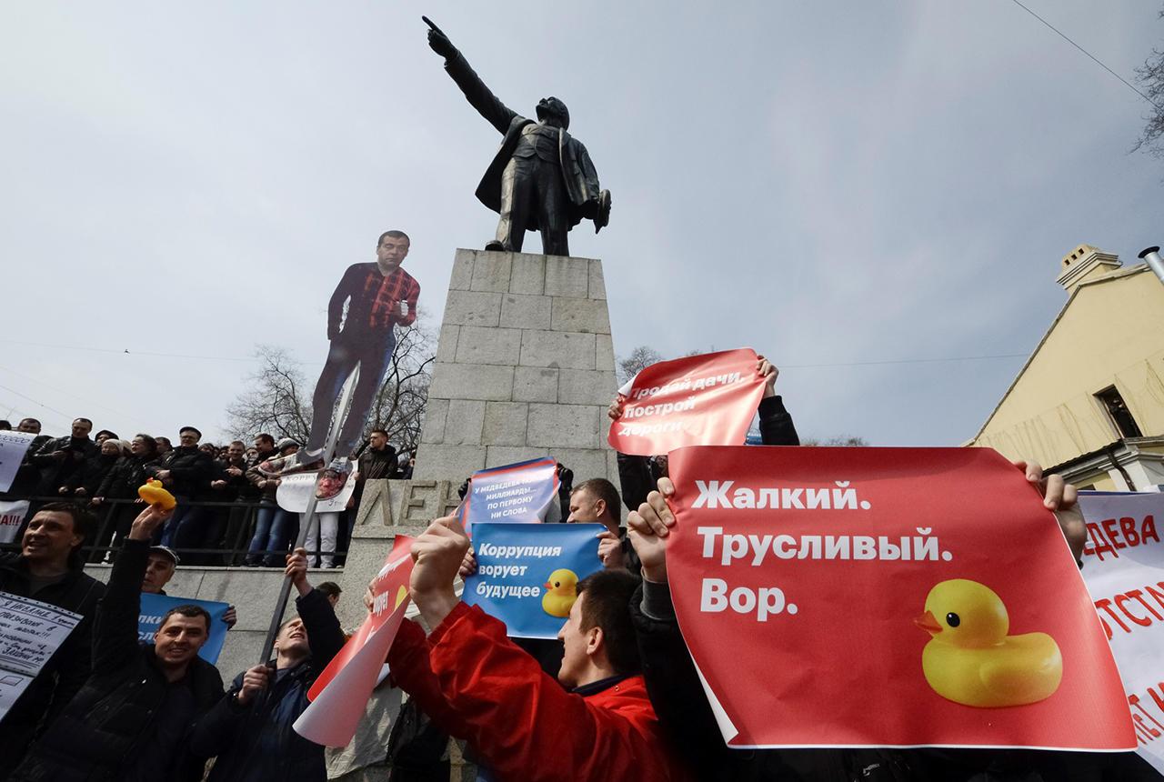 прикольные фото с митинга против медведева (14)