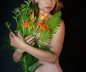 красивые девушки с цветами в руках